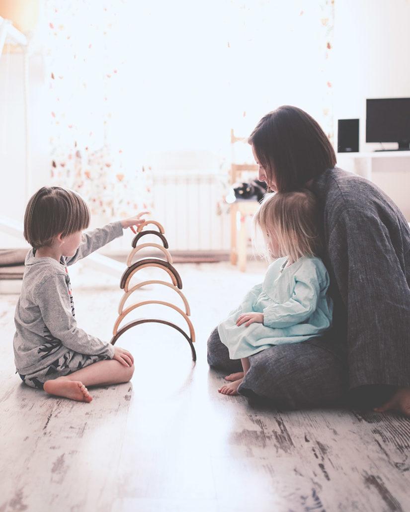 Maman entrain de jouer avec ses enfants