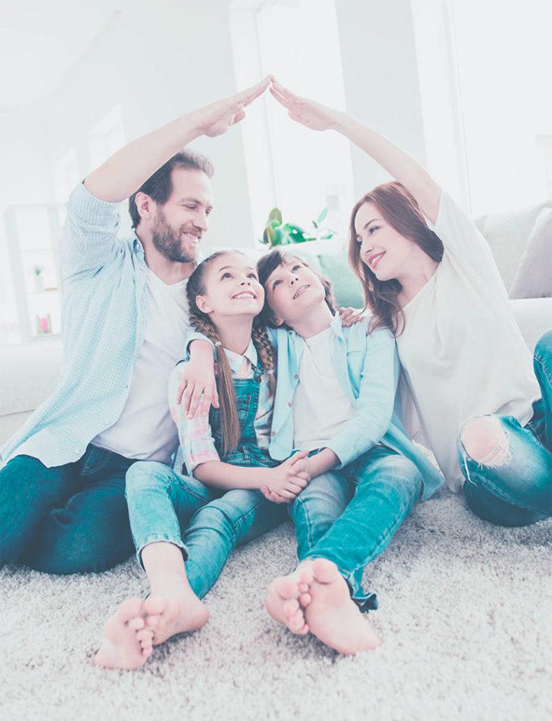 Deux Parents homme et femme et leur deux enfants