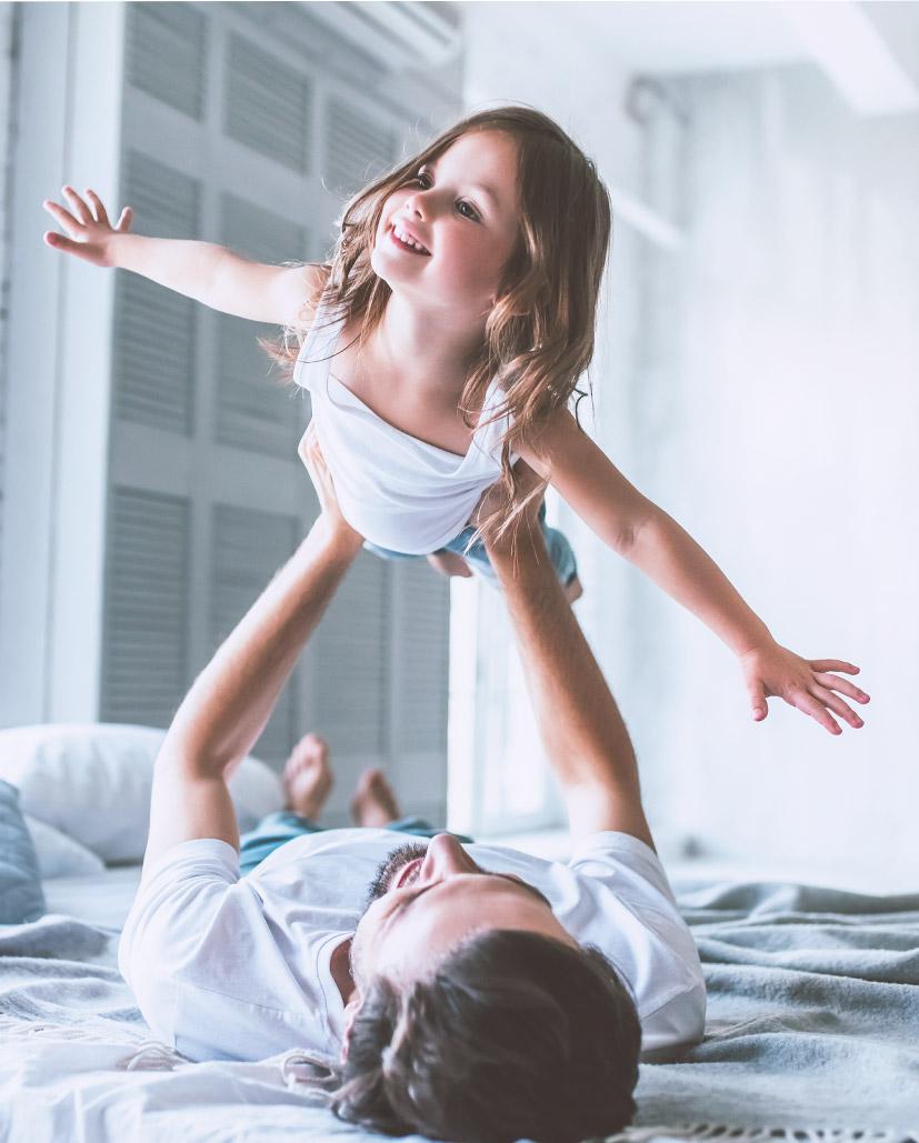 Un père jouant avec sa fille